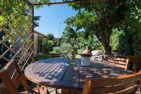 Grande Stanza privata con giardino - Capraia e Limite Capraia e Limite - Bed & Breakfast