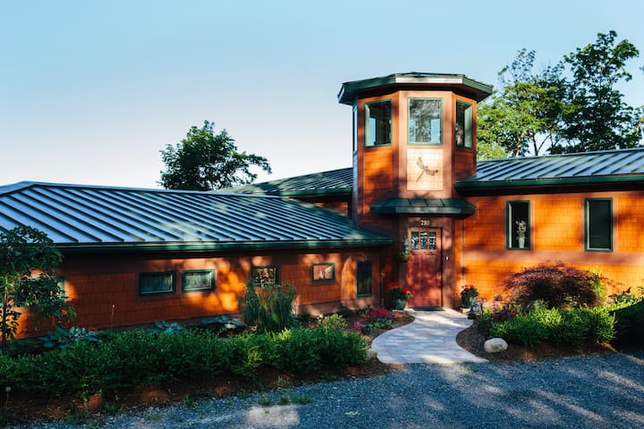 New!!! Frank Lloyd Wright Style Home for 8-10  ppl
