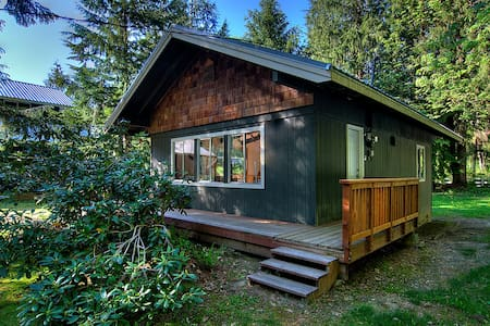 RANCH BUNGALOW - Hot tub, 20 minutes to the Pass! - Baring