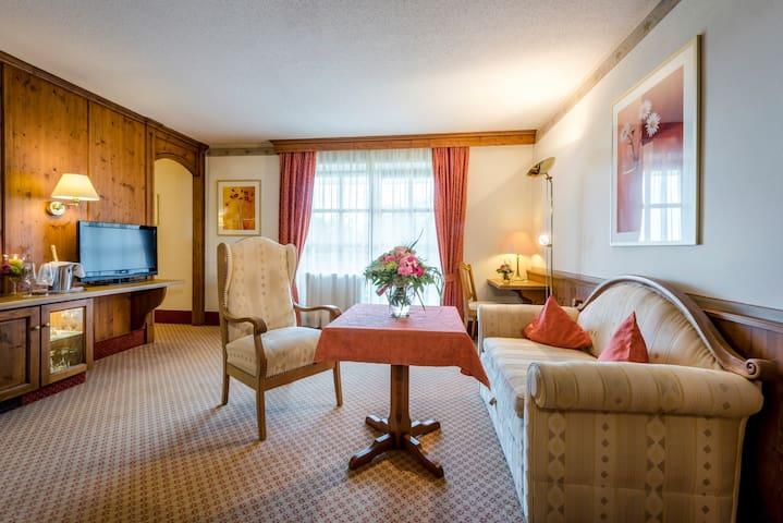 """Der Eisvogel Hotel - Gasthof - SPA (Bad Gögging), Doppelzimmer """"Eisvogel"""" mit Balkon und großzügigem Wohnbereich"""