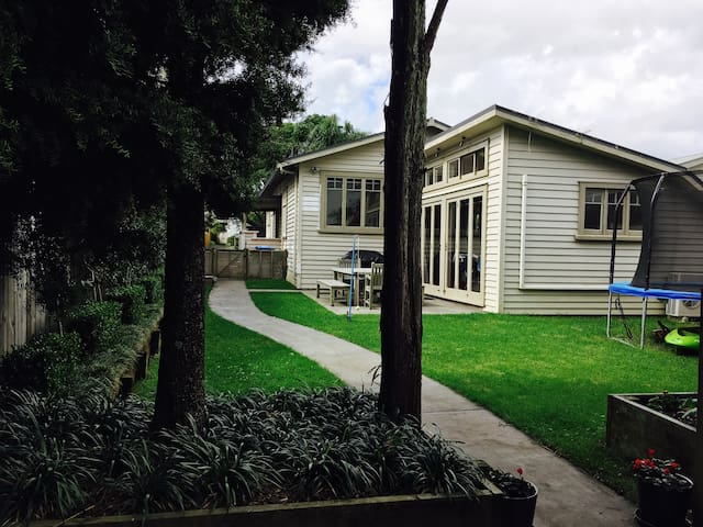 Sunny Point Chevalier bungalow - Auckland - House