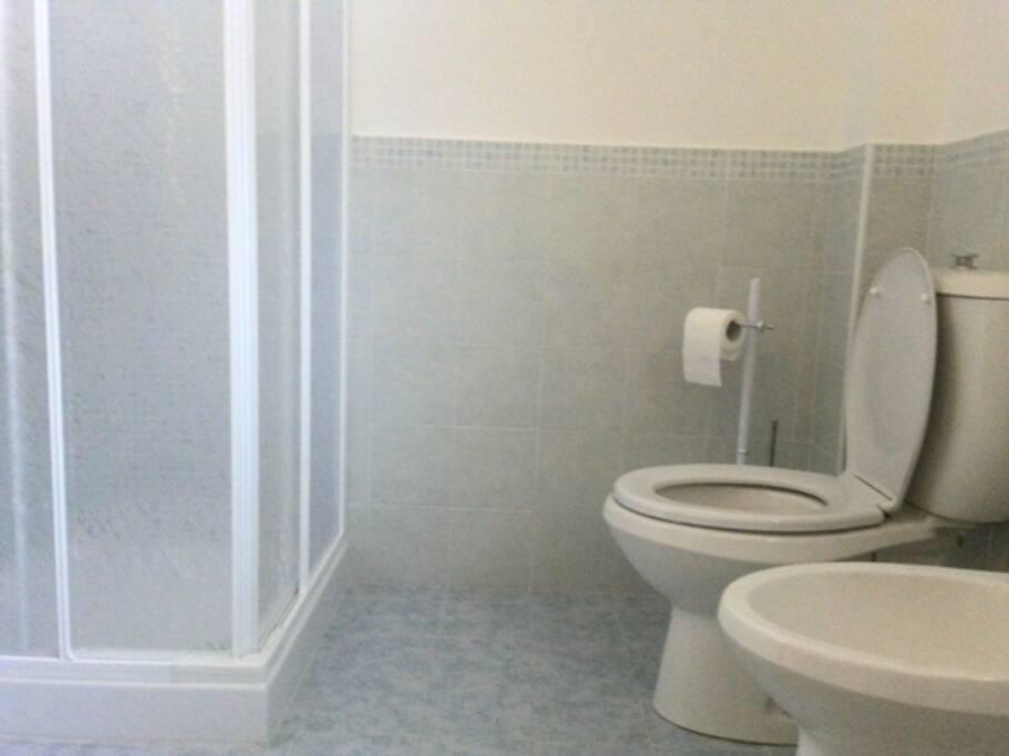 Bagno (vista doccia, wc, bidet)