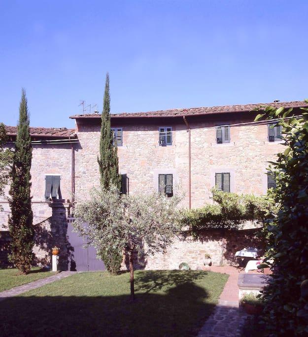 La nostra casa del 500', in pietra e cotto, e il giardino privato