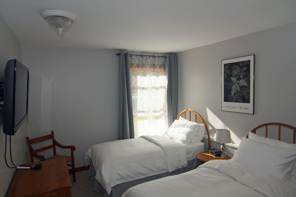 Two Twin Beds in 2nd Bedroom with Down Comforter & Sateen Sheets, Flat Screen TV