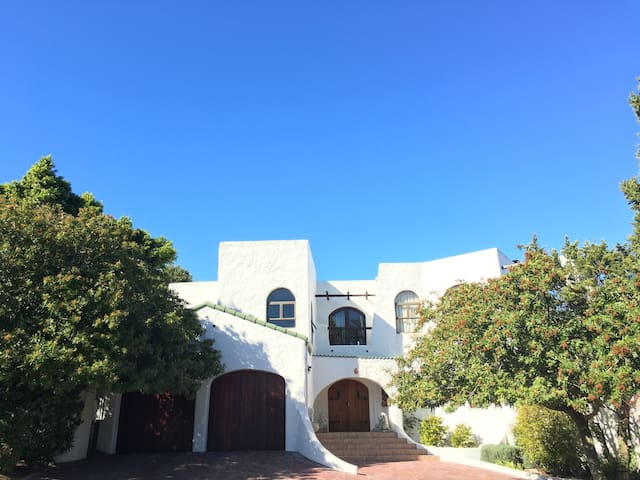 Charming Spanish Style House - เคปทาวน์ - วิลล่า