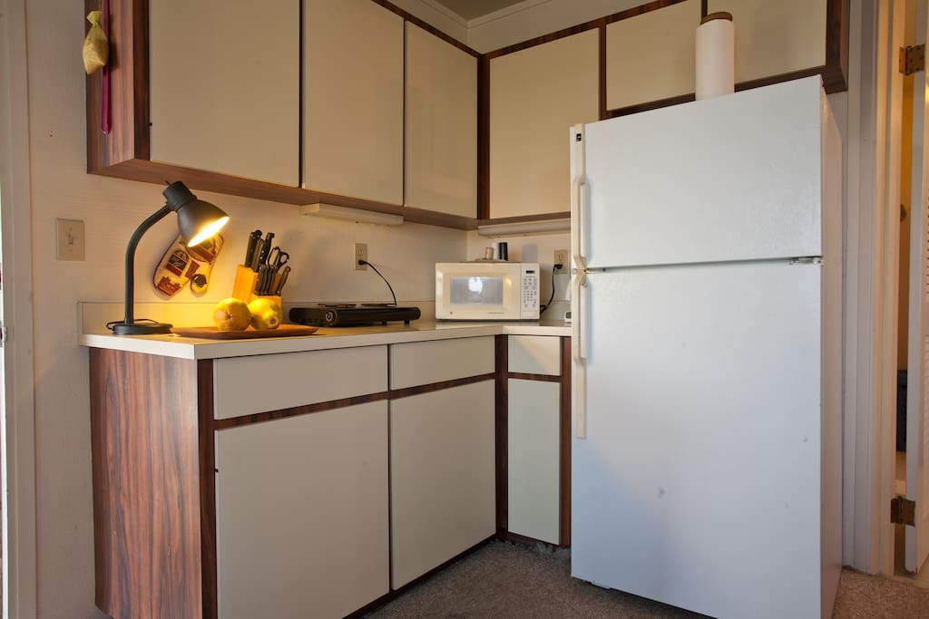 Additional counterspace with microwave, hotplate, coffee-maker and all utensils needed for a vacation stay
