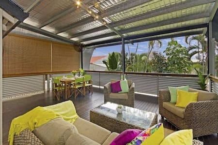 Renovated Queenslander, large relaxing deck - South Townsville