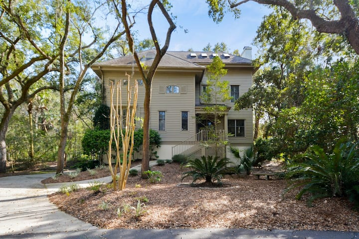 Charming family-friendly home w/shared tennis court, screened porch