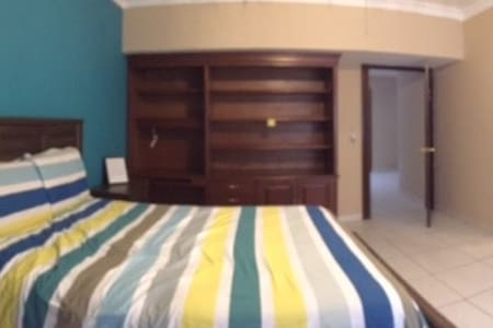 Queen sized bed w/common room near Fundidora Park - Guadalupe - Haus