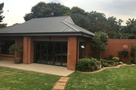 Accomodation close to Rand Airport - Germiston - Chalet