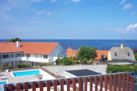 Skøn bolig med kig ud over Gudhjems tage og havet. - Gudhjem