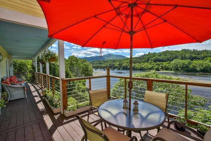 Riverfront Retreat by Cornish-Windsor Bridge - Cornish - Talo