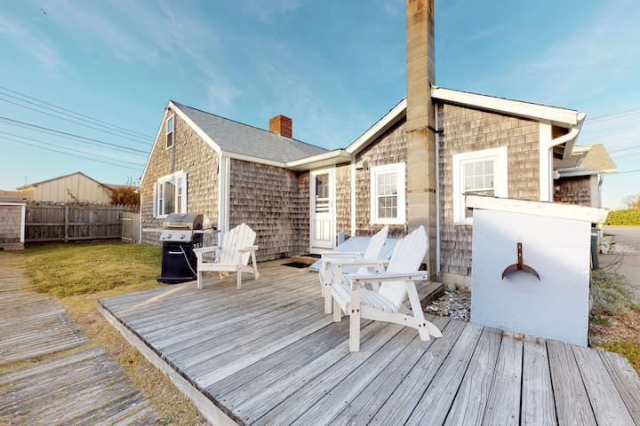 Bayfront cottage w/patio & wood fireplace-on the beach, near P-Town