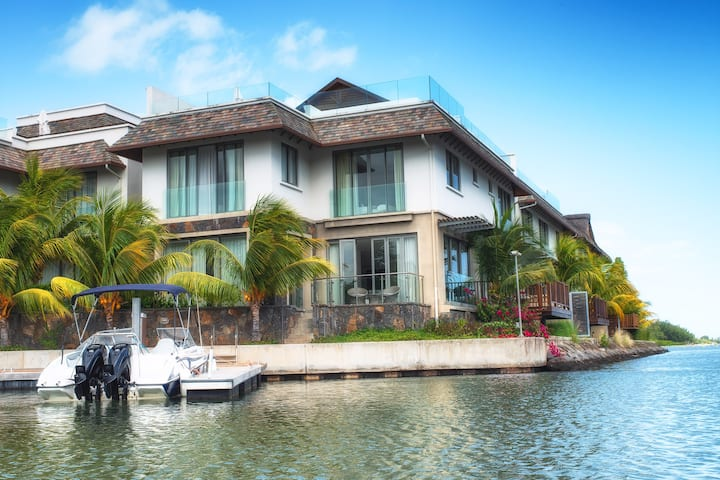 Villa on the West Island Resort - Marina Haven