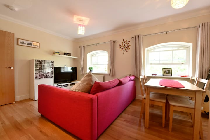 Nunnery Fields - cosy, modern flat with parking