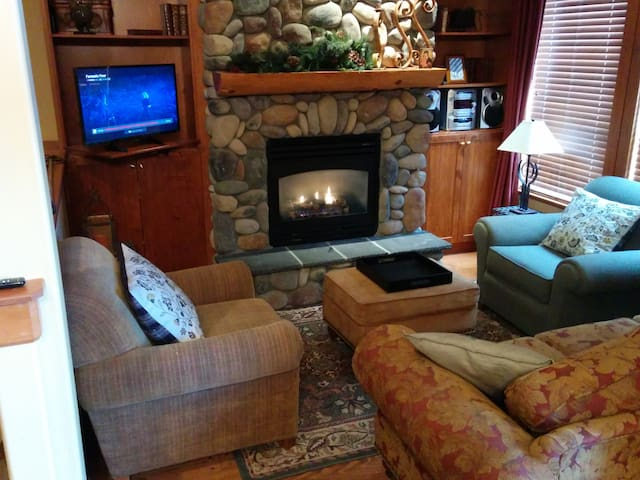 Luxury Townhouse 3BD+Den+Hot Tub+Ski in/out