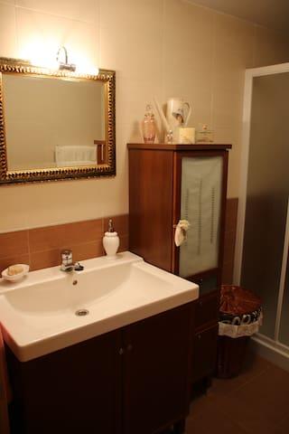 Baño principal. Plato de ducha grande