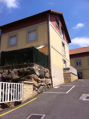 Casa de tres plantas , big house - Ampuero - House