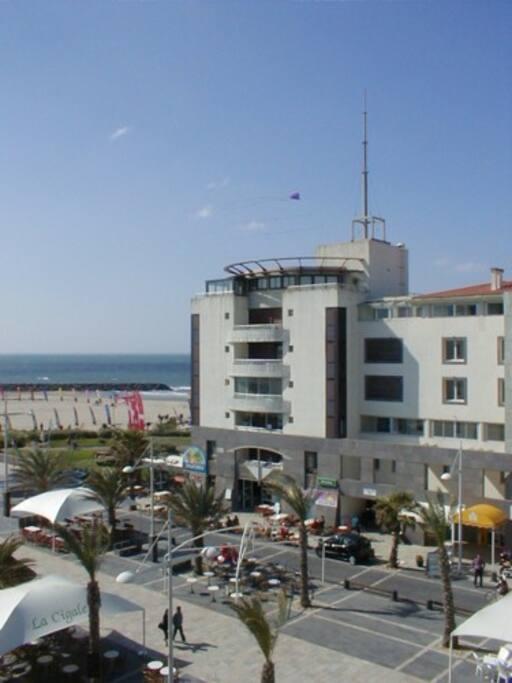 Le Mail de Rochelongue et la plage vue de l'appartement