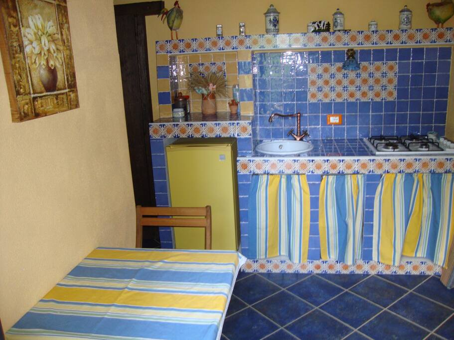 Cucina in ceramica vietrese appartamento bruco 4 posti