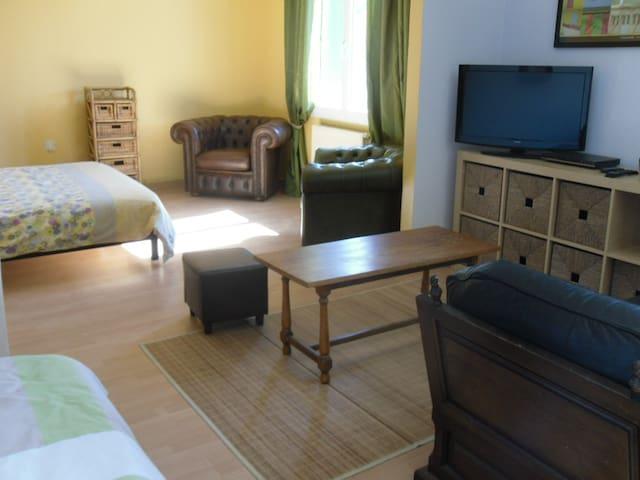 Chambre 1 (à l'étage) Suite parentale (30 m²) 1 lit double 1 lit simple Grande penderie
