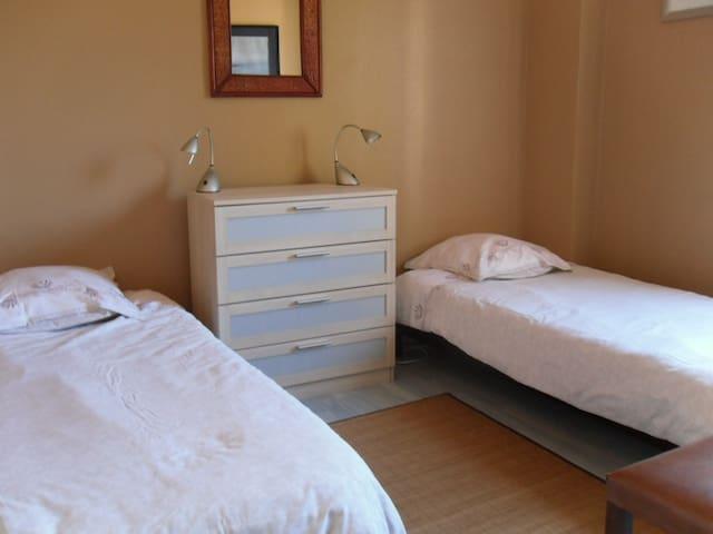 Chambre 3 (à l'étage, donnant sur jardin) 2 lits simples 1 commode