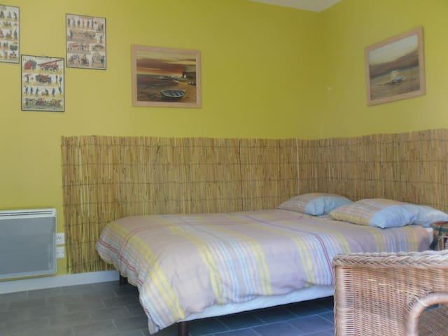 Chambre 4 (rez de chaussée, donnant sur jardin) 1 lit double 1 armoire
