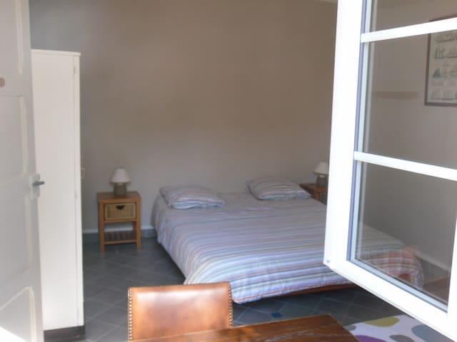 Chambre 6 (rez de chaussée, donnant sur jardin) 1 lit double 1 lit simple 1 armoire