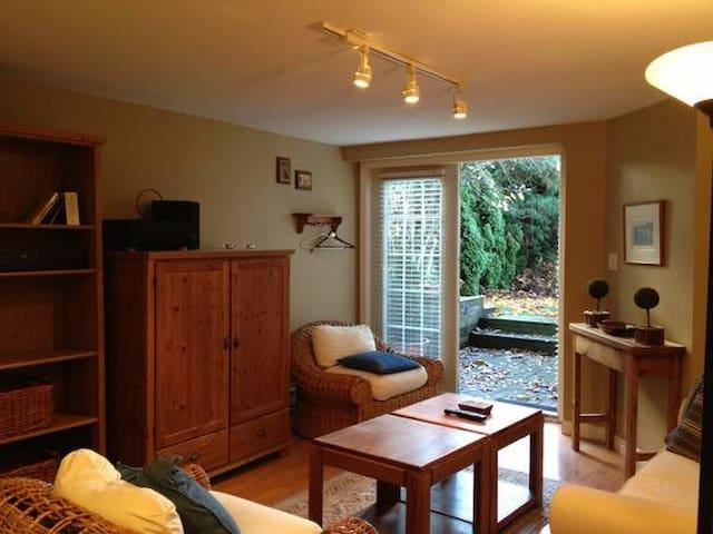 Beautiful garden suite in West Vancouver - 西溫哥華 - 獨棟