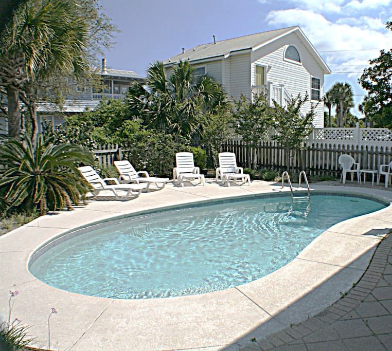 Relax with the Family at Private Pool