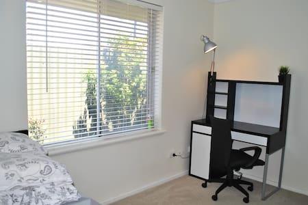 A Better Deal - Quiet Nice Bedroom - Rumah
