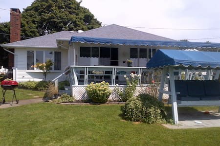 Sunny Waterfront North Fork Gem - Southold - House