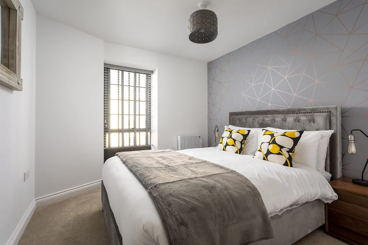 Modern 2 Bedroom Town Centre Apartment