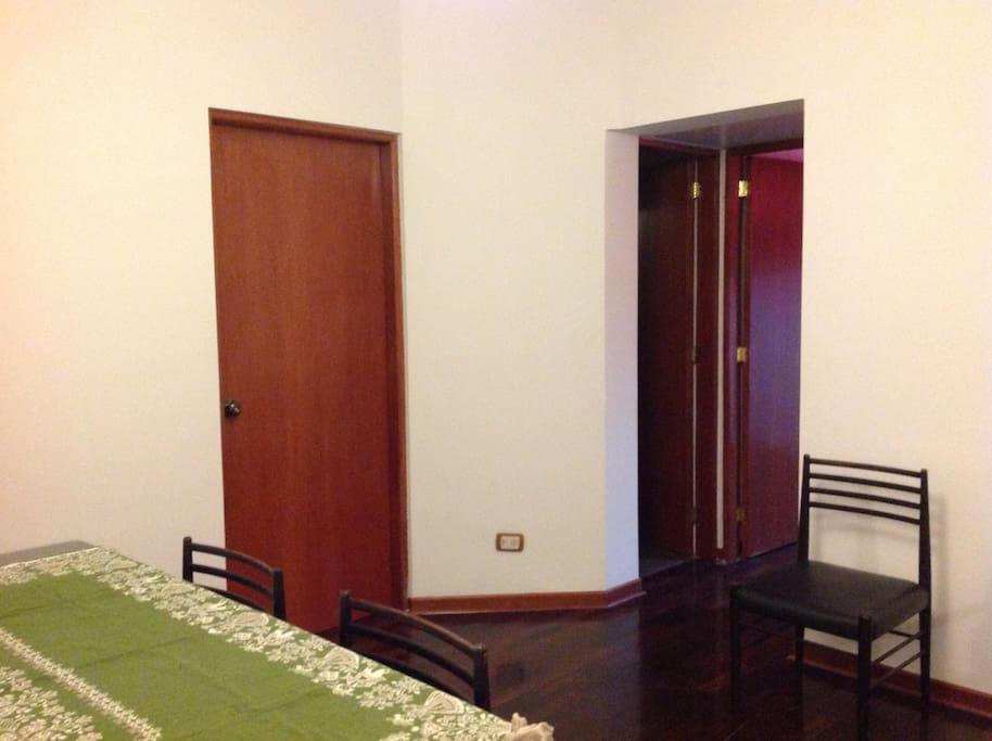 Desde la sala de estar se accede a los dormitorios y al segundo baño.