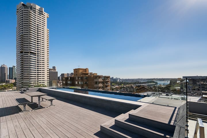 Central l Crash Pad l Rooftop Pool & Harbour Views