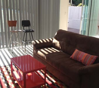 This's a brand new house,i like here have lots of sunshine and fresh air.also a large balcony in our backyard. It's a very quiet street,good for rest and relax. But also it's a convenient location to CBD or South Brisbane.