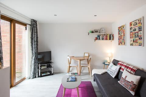Fab 1 bed apartment, dedicated parking. Superhost