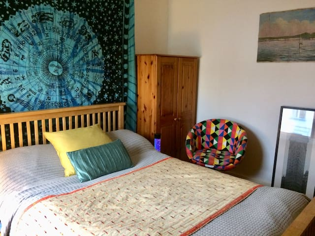 BOHEMIAN SPACIOUS ROOM IN FAIRVIEW