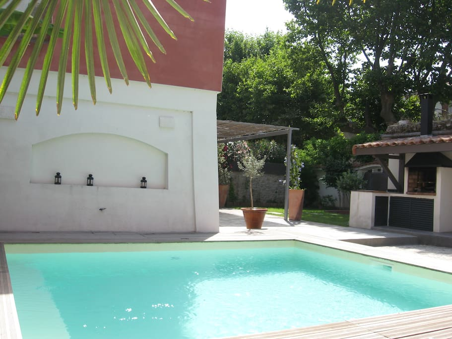 Maison contemporaine piscine houses for rent in pont for Maison moderne uzes