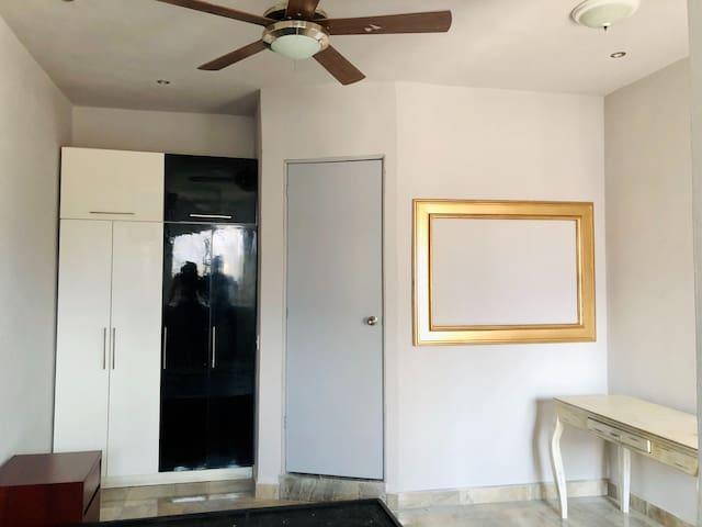 Así se mira el espacio si lo miras desde la ventana. Como se puede apreciar cuenta con su ventilador y área de trabajo.