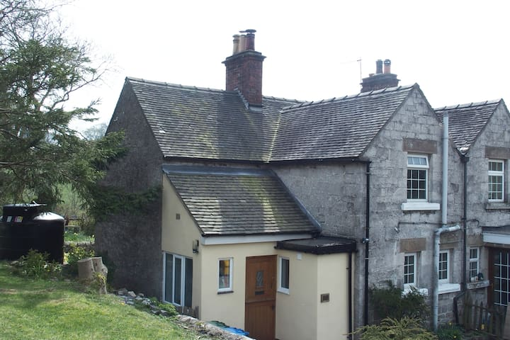 Knoll Cottage, Parwich - for a quiet stay