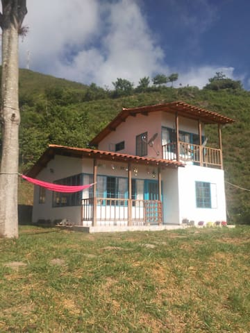 La Vega - Villeta, Casa con piscina. Pet friendly.