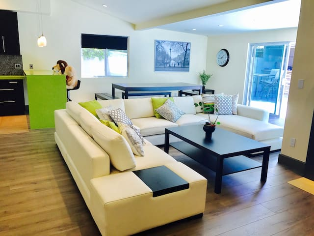 New 4 Bedroom Smart/Modern House with pool/spa
