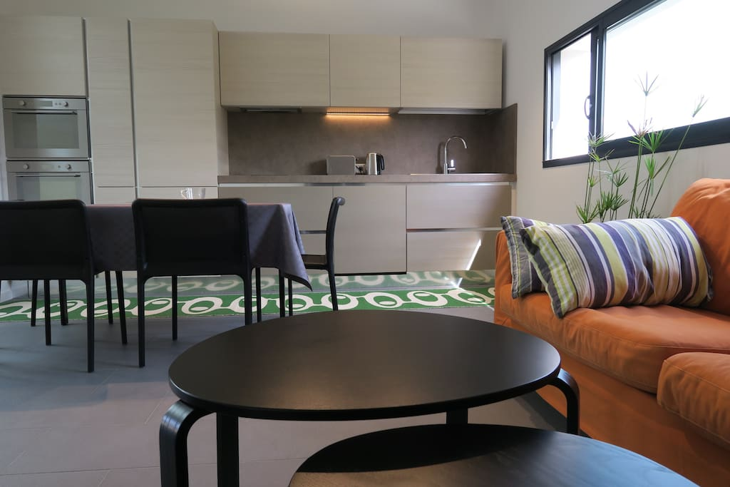 cuisine très équipée : four, microonde, lave-vaisselle, frigocongélateur, table 4 chaises