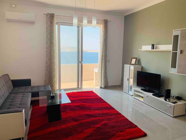 2 bedroom apartment, 1 minute from beaches and bus