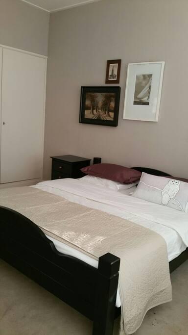 Nette, volledige ingerichte slaapkamer.