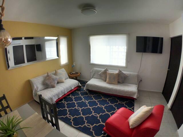 Wide living room with a comfortable sofa bed/ Sala amplia con cómodo sofá cama