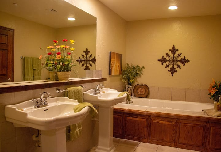 Suite Tuscany, few miles from Turner Falls
