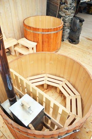 Внутри первой бочки чугунная печь на дрова для нагрева воды, на лавочке поместится от 4 до 6 человек