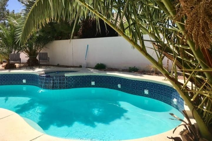 Relaxing Private Pool and Hot Tub Home, sleeps 8